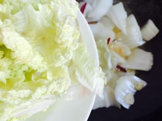 家常菜+醋溜白菜,倒入白菜叶