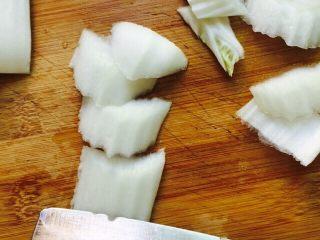 家常菜+醋溜白菜,白菜帮斜刀切(如图所示)