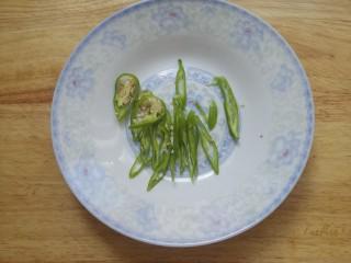 凉拌土豆丝,再切点青椒丝。
