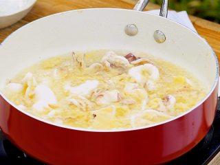 咸蛋黄炒鱿鱼,锅内倒油烧热,放入鱿鱼炸至微干,捞出控油,而后再次热油,放入鱿鱼复炸至色泽金黄,捞出