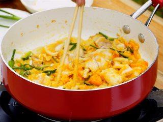 咸蛋黄炒鱿鱼,咸蛋黄4个碾压成泥,锅内留底油烧热,放入蒜片、葱段炒香,再放入鱿鱼、咸蛋黄泥翻炒均匀