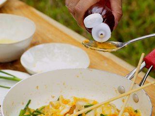 咸蛋黄炒鱿鱼,倒入鱼露2勺、白胡椒粉适量炒匀,出锅前淋上适量黑芝麻油