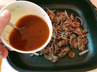 黑椒牛肉,倒入调好的黑椒汁。