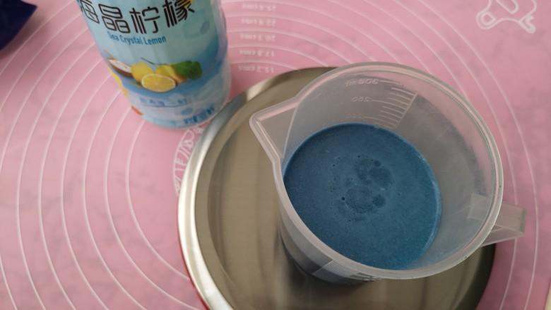 蔚蓝海晶,用清水将适量的拿铁粉调和开备用。