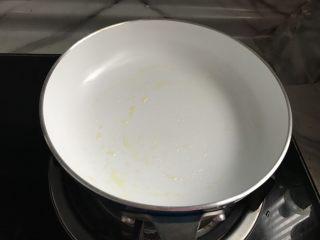 快手早餐饼~韭菜牛肉饼,平底锅小火,刷一层油