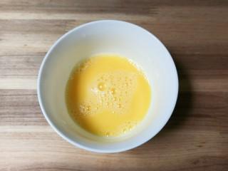 葱花鸡蛋丝瓜汤,鸡蛋打入碗中打散均匀