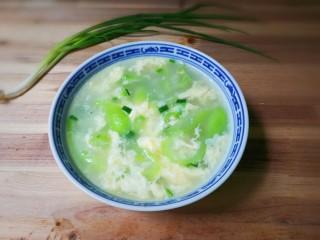 葱花鸡蛋丝瓜汤,出锅盛盘汤碗