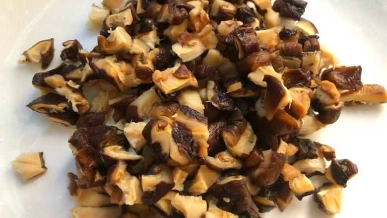香菇肉酱面,香菇浸泡好洗净切丁