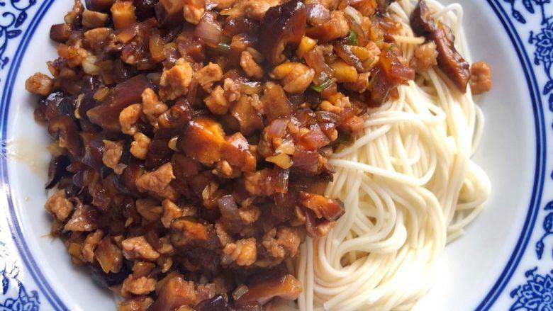 香菇肉酱面,浇上香菇肉酱,撒上葱花,拌一拌就可以吃了,真的香极了