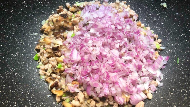 香菇肉酱面,加入洋葱丁炒香