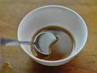 香酥葱姜虾,用酱油、水、淀粉调成汤汁待用