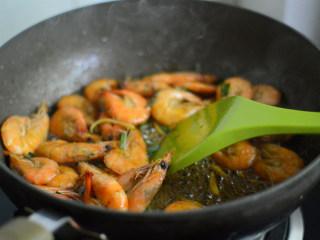 香酥葱姜虾,接着再放入虾翻炒