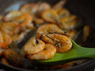 香酥葱姜虾,两面都煎至焦黄后盛出控油