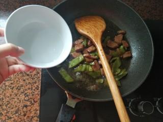 黑椒牛肉意大利面,加入适量清水,中火翻炒下