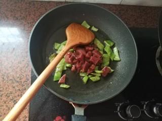 黑椒牛肉意大利面,放入腌制好的牛排粒,继续中火翻炒