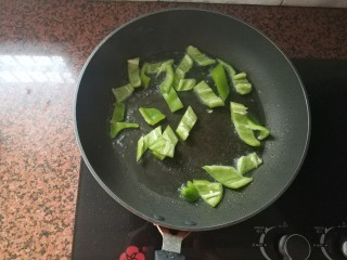 黑椒牛肉意大利面,倒入切好的尖椒