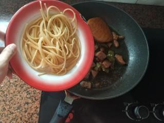 黑椒牛肉意大利面,加入煮好的意大利面