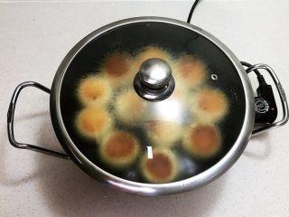 奶香豆沙饼,盖上锅盖,直到水收干