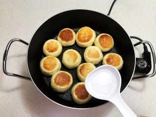 奶香豆沙饼,烙制两面金黄后加入2勺冷水