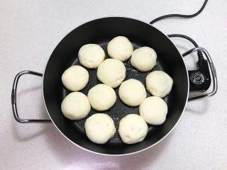 奶香豆沙饼,油温6分热的时候加入豆沙饼,全程小火烙制