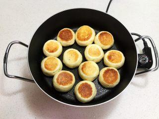奶香豆沙饼,烙制一面金黄就翻面