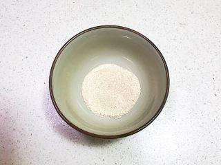 奶香豆沙饼,把3克酵母放入碗中