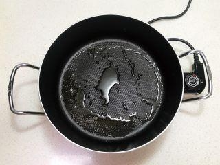 奶香豆沙饼,锅里加入1勺玉米油