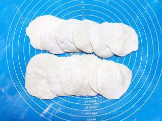奶香豆沙饼,擀成面皮