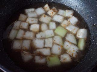 海米冬瓜汤,加入3碗清水盖上锅盖大火煮开后转小火慢煎炖