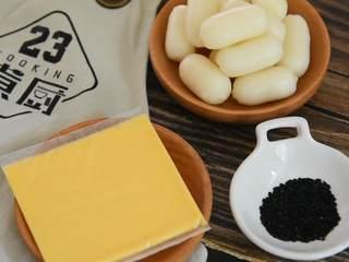 饱满Q弹的双重芝士年糕做法,想吃就一起来学着做吧,『食材』  年糕/芝士/酱料/黑芝麻