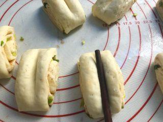 葱花花卷,用筷子在每个剂子上按一下