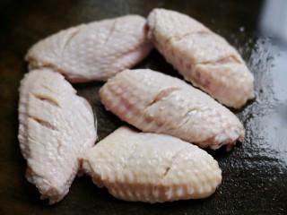 美食丨做法简单又美味 健康无油版炸鸡翅~,鸡翅清洗干净,用清水泡洗,中间换几次水。目的是为了去掉血水,减少腥味。