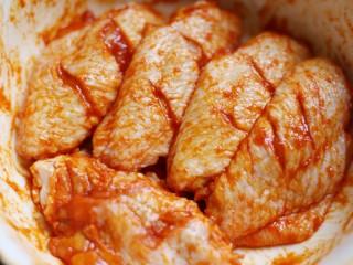 美食丨做法简单又美味 健康无油版炸鸡翅~,戴上一次性手套把鸡翅和调味料拌匀,腌好后盖蒙上保鲜膜放冰箱冷藏三小时以上。我一般是提前一晚腌制好,第二天炸,或者早上腌晚上炸。