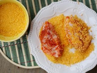 美食丨做法简单又美味 健康无油版炸鸡翅~,将面包糠倒入盘中,将每一个鸡翅在面包糠里滚一滚,直到裹满。