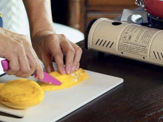 泰式芒果糯米饭,芒果1个去皮,果肉切成长条