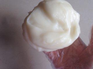 椰蓉蔓越莓冰皮月饼,蒸好后用筷子搅拌,再戴上一次性手套,揉成团,放入冰箱冷藏松弛两个小时。