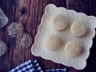 椰蓉蔓越莓冰皮月饼,做好的冰皮月饼放入密封盒内冷藏几个小时,口感更佳。