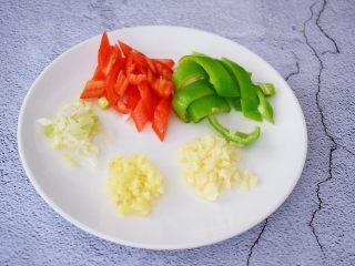 爆炒鸡胗,青红椒去籽切小块,姜蒜葱切末