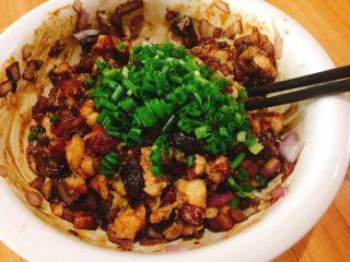 香菇大肉包,顺便时针搅拌均匀后加入葱花