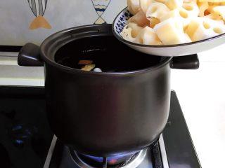 砂锅脊骨鲜藕汤,加入鲜藕块