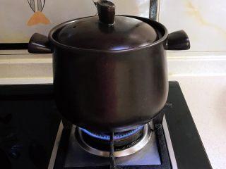 砂锅脊骨鲜藕汤,大火烧开后小火慢熬30分钟左右