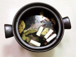 砂锅脊骨鲜藕汤,水量至砂锅的3/4处