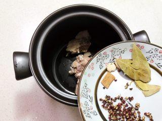 砂锅脊骨鲜藕汤,加入所有干料