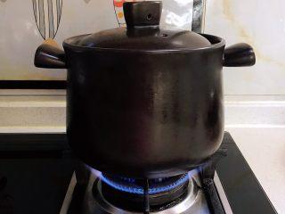 砂锅脊骨鲜藕汤,大火烧开后小火慢烧50分钟