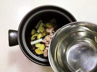 砂锅脊骨鲜藕汤,加入开水