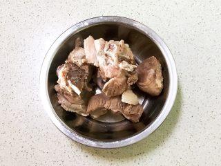 砂锅脊骨鲜藕汤,把焯好的脊骨捞出来,用温水清洗干净