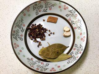 砂锅脊骨鲜藕汤,准备干料:花椒粒,桂皮,香叶和山奈