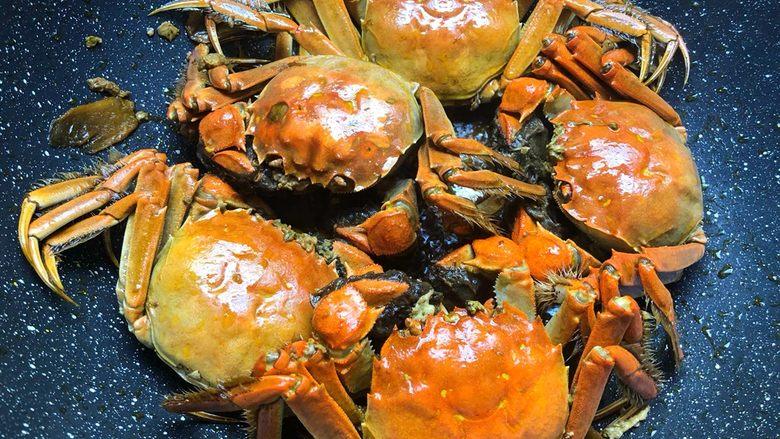 油焖大闸蟹,汤汁焖干就可以了