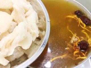 瑶柱虫草花竹荪筒骨汤,竹荪挤干水分后加入汤里,再继续小火煲30分钟