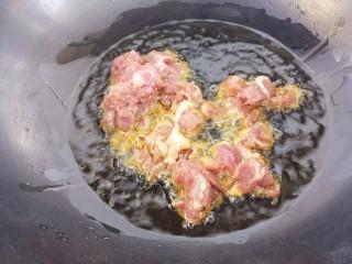 下酒菜牛肉炒酒鬼花生,然后锅里多倒些油,把牛肉放进去炸一下。